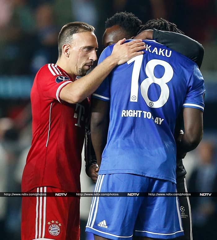 Lukaku being consoled by Michael Essien and Ribery.