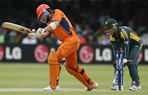 Bas Zuiderent is bowled by Shahid Afridi watched by Kamran Akmal during their ICC World Twenty20 match at Lord's in London. (AFP Photo)