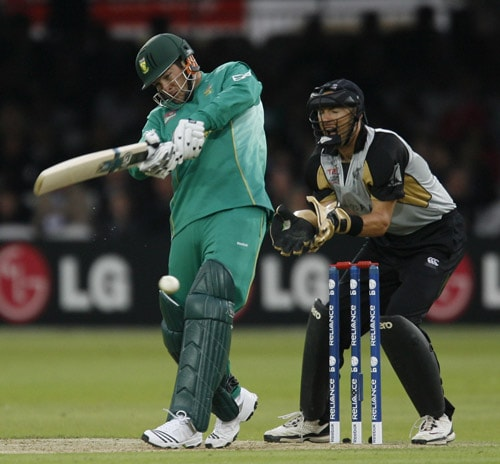 Mark Boucher plays this shot watched by Peter McGlashan during their ICC World Twenty20 match at Lord's in London. (AFP Photo)