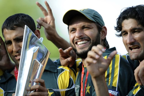 Pakistan's Shahid Afridi and Younus Khan hold the trophy with teammates after beating Sri Lanka in the ICC World Twenty20 final at Lord's, London. (AFP Photo)