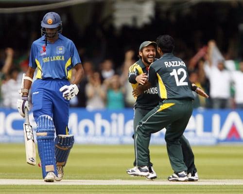 Shahid Afridi and Abdul Razzaq celebrate the wicket Jehan Mubarak during the ICC World Twenty20 final at Lord's. (AFP Photo)