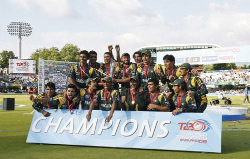 Pakistan team celebrate with the trophy after winning their final match against Sri Lanka in the ICC World Twenty20 at Lord's. (AFP Photo)