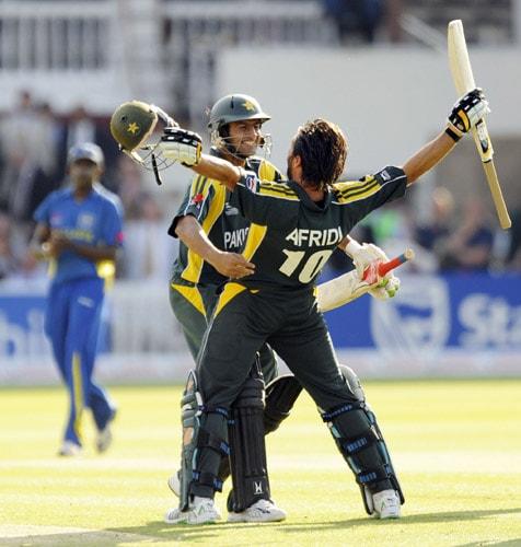 Shoaib Malik runs to celebrate with teammate Shahid Afridi after scoring the winning run to beat Sri Lanka in the ICC World Twenty20 final at Lord's. (AFP Photo)