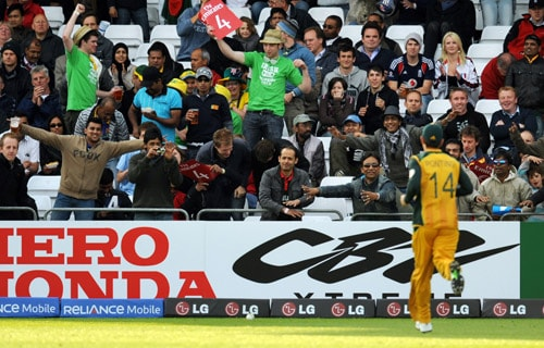 Sri Lanka supporters taunt Australia captain Ricky Ponting as he retrieves the ball during the World Twenty20 match at Trent Bridge in Nottingham. (AFP Photo)