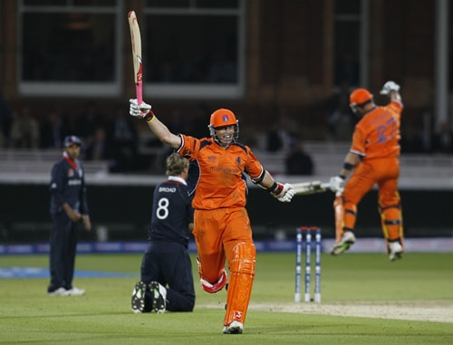 Netherlands' Edgar Schiferli celebrates getting 2 runs and winning the match after England's Stuart Broad misses the stumps during their ICC World Twenty20 Cup match at Lord's ground in London on June 5, 2009. (AFP Photo)