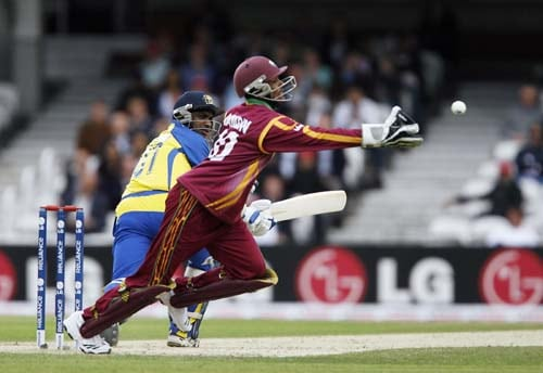 Sanath Jayasuriya escapes being caught by Denesh Ramdin during the ICC World Twenty20 semi-final match at the Oval. (AFP Photo)