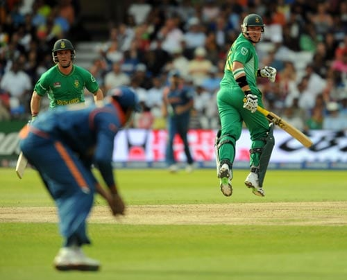 Graeme Smith watches as an Indian fielder retrieves the ball during the Super 8 stage of the ICC World Twenty 20 cricket match at Trent Bridge on June 16, 2009. (AFP Photo)