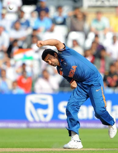 Zaheer Khan opens the bowling during the Super Eight stage of the ICC world Twenty 20 cricket match against South Africa at Trent Bridge on June 16, 2009. (AFP Photo)