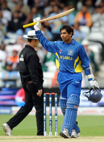 Sri Lanka's Tillakaratne Dilshan receives applause for his 50 runs against the West Indies during their ICC World Twenty20 group game at Trent Bridge on June 10, 2009. (AFP Photo)