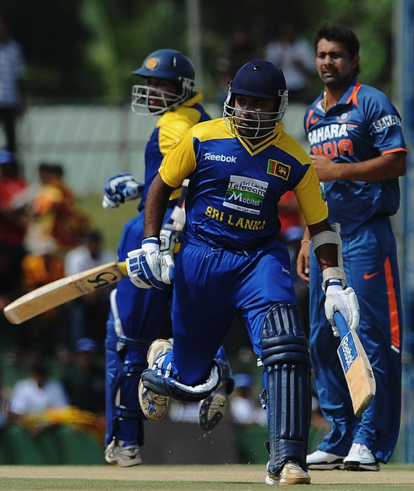 Mahela Jayawardene and Tillakaratne Dilshan run between the wickets as Indian cricketer Praveen Kumar looks on during the final ODI of the Micromax tri-series between Sri Lanka and India in Dambulla, some 150 kms north of Colombo, on August 28, 2010. (AFP Photo)