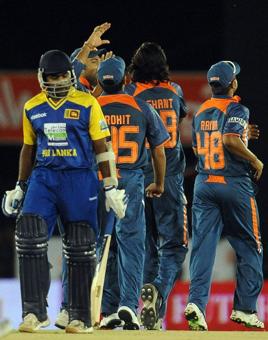 Ishant Sharma celebrates with his teammates after he dismissed Mahela Jayawardene during the 5th ODI of the tri-series in Dambulla. (AFP Photo)