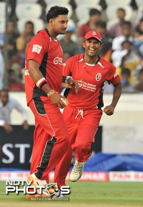 At 137 for 6 after 19 overs, Ruhunu looked set to score around 150 but they lost 4 wickets, including 3 to run outs in the final over by Ravi Rampaul (L). (AFP Photo)