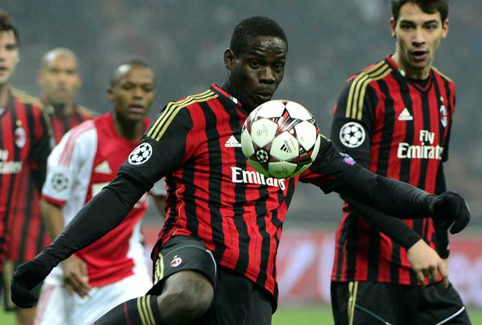 Ten-man AC Milan resisted a spirited Ajax to hold the Dutch giants to a goalless draw and book their place in the last 16 of the UEFA Champions League .