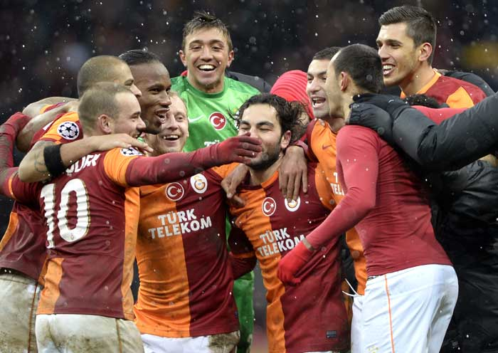A Wesley Sneijder goal five minutes from time saw Turkey's Galatasaray beat Italian champions Juventus and qualify for the last 16 of the Champions League on Wednesday.