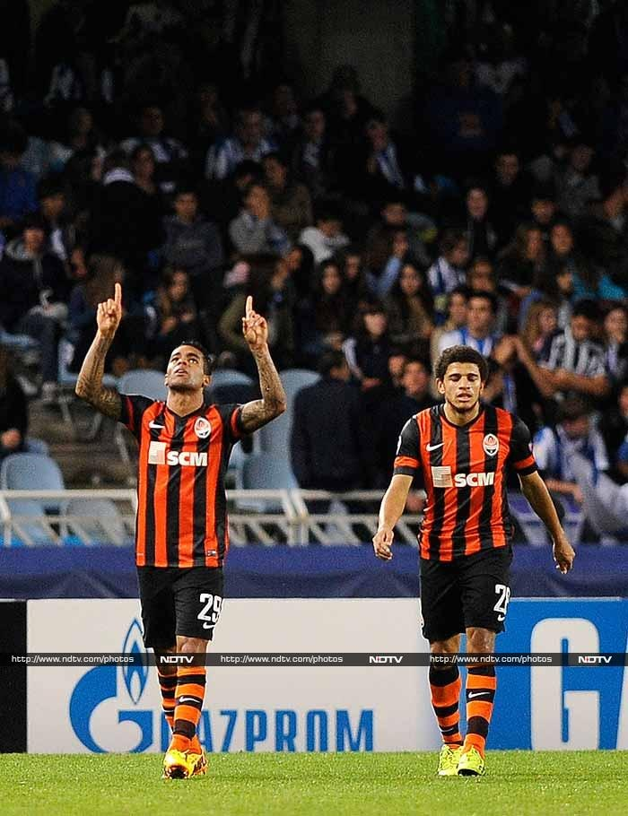 Brazilian midfielder Alex Teixeira struck twice in the final 25 minutes to hand Shakhtar Donetsk the perfect start to their Champions League campaign with a 2-0 win at Real Sociedad.