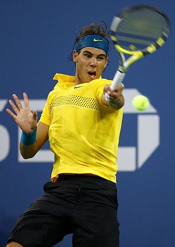 Rafael Nadal of Spain returns a shot to Gael Monfils of France during day nine of the 2009 US Open at the USTA Billie Jean King National Tennis Center on September 8, 2009 in the Flushing neighborhood of the Queens borough of New York City. (AFP Photo)