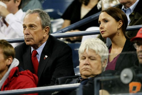 New York City Mayor Michael Bloomberg (L) sits with daughter Georgina Bloomberg to watch the match between Fernando Gonzalez of Chile and Rafael Nadal of Spain during day eleven of the 2009 US Open in New York. (AFP Photo)