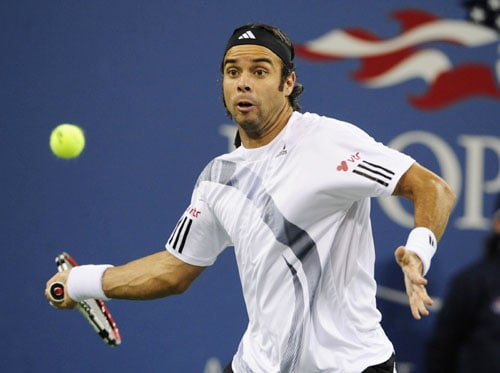 Chilean player Fernando Gonzalez returns to Spanish tennis player Rafael Nadal during their quarter-finals match of the 2009 US Open in New York. (AFP Photo)
