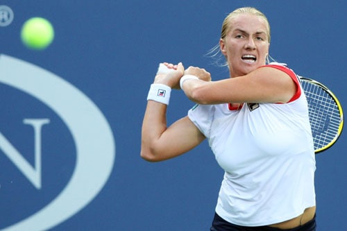 Svetlana Kuznetsova of Russia returns a shot against Shahar Peer of Israel during day six of the 2009 US Open at the USTA Billie Jean King National Tennis Center in the Flushing neighborhood of the Queens borough of New York City. (AFP Photo)