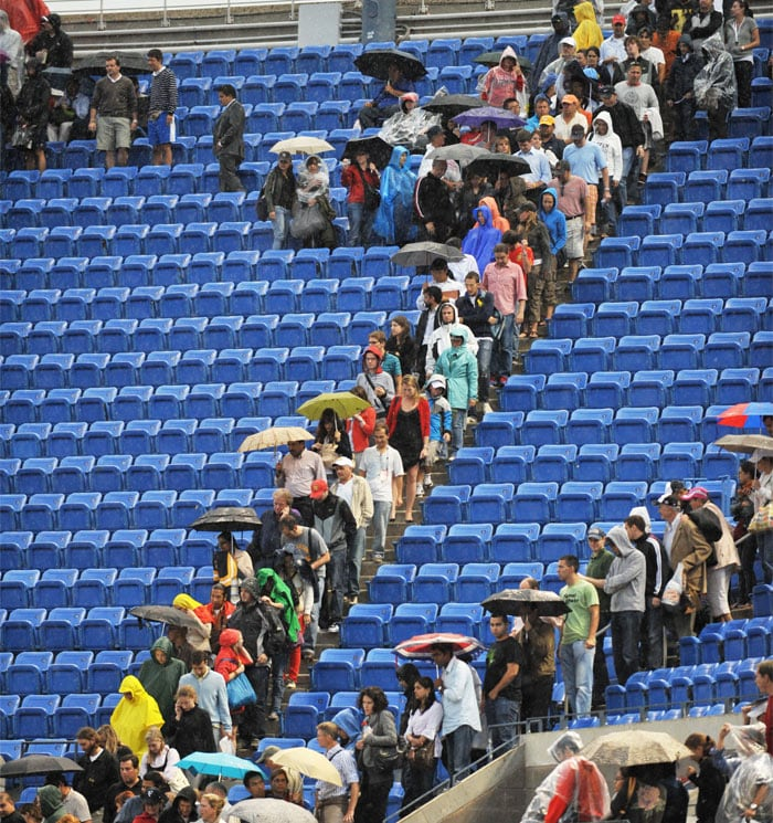 Fans leave their seats in Arthur Ashe Stadium after ordered to evacuate due to a lightning storm during match between Rafael Nadal of Spain and Novak Djokovic of Serbia in the Men's Final at the US Open 2010 tennis tournament. (AFP Photo)
