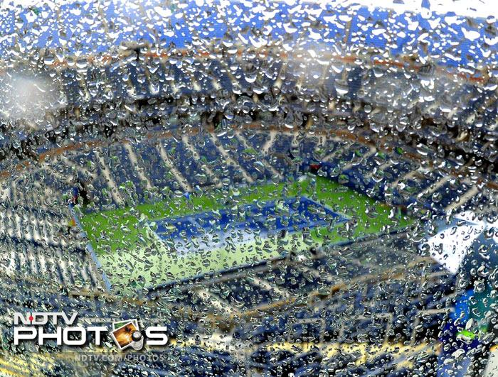 Rain drops are seen on a glass backdrop in the upper deck of Arthur Ashe Stadium as bad weather delays the start of play at the 2011 US Open at the USTA Billie Jean King National Tennis Center in New York. (AFP Photo)