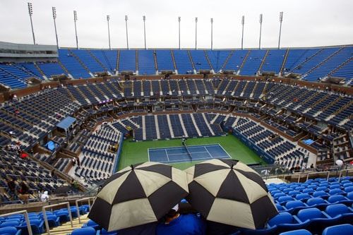 Spectators wait out the rain delay during day twelve of the 2009 US Open at the USTA Billie Jean King National Tennis Center on in the Flushing neighborhood of the Queens borough of New York City. (AFP Photo)