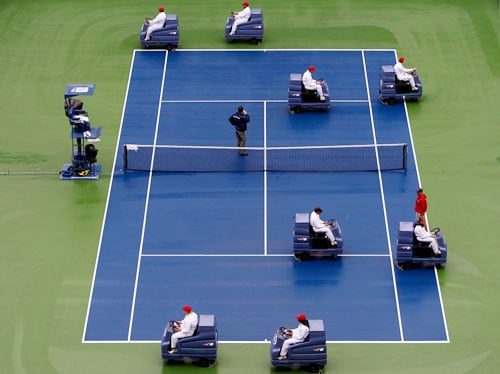 Court technicians tend to the court during day twelve of the 2009 US Open at the USTA Billie Jean King National Tennis Center on in the Flushing neighborhood of the Queens borough of New York City. (AFP Photo)