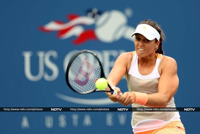 Laura Robson won nine games in succession to beat Spanish veteran Lourdes Dominguez Lino, 7-5, 6-0.