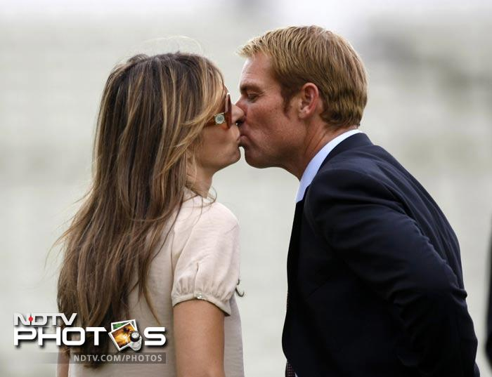 In December, images of Shane Warne kissing Liz Hurley were released. Hurley also confirmed that her marriage with Arun Nayar was over.