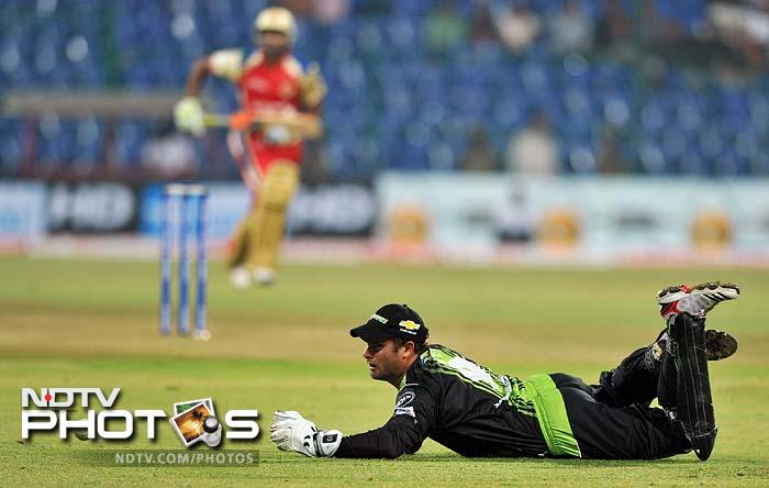 Mark Boucher attempts unsuccessfully to take a catch while fielding against Bangalore.