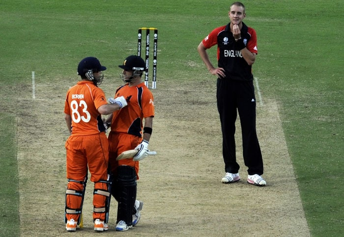 Stuart Broad looks on as Netherlands cricketers Ryan ten Doeschate and captain Peter Borren consult during the ICC Cricket World Cup 2011 match between England and Netherlands at the Vidarbha Cricket Association Stadium. (AFP Photo)