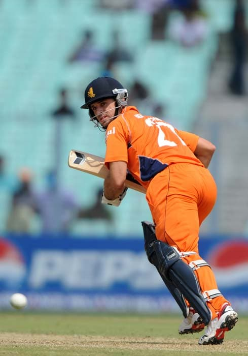 Ryan ten Doeschate watches the ball as he runs between the wickets during the Group B match between The Netherlands and Ireland in the World Cup 2011 tournament at the Eden Gardens in Kolkata. (AFP Photo)