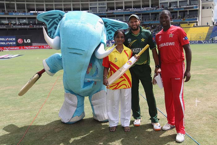 Elton Chigumbura, captain of Zimbabwe, Shahid Afridi, captain of Pakistan, Pepsi Mascot winner pose alongside 'Stumpy' during the Pakistan v Zimbabwe 2011 ICC World Cup Group A match at the Pallekele Cricket Stadium in Kandy. (Getty Images)