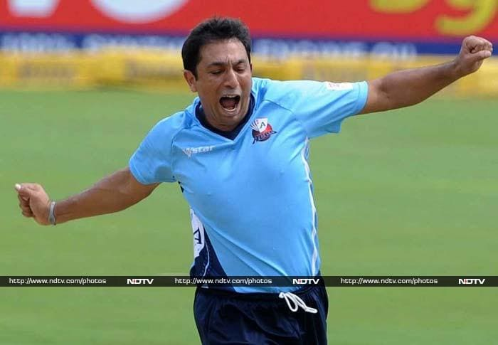 Azhar Mahmood (Auckland Aces) with 10 wickets in 5 games at 6.44 runs per over with best figures of 5/24 played a key role in taking early wickets.