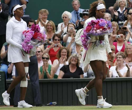 US' Venus Williams and US' Serena Williams arrive ahead of their final match on Day 12 at the 2009 Wimbledon at the All England Club. (AFP Photo)
