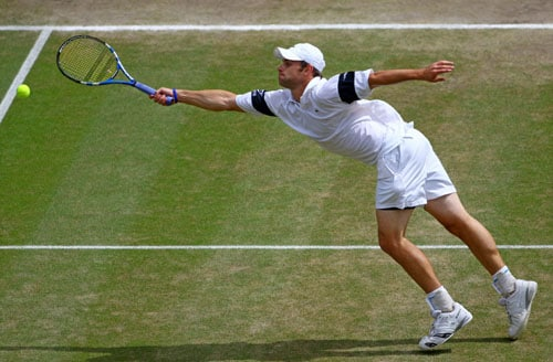 US' Andy Roddick plays against Switzerland's Roger Federer in the Men's Singles final on the Centre Court at Wimbledon. (AFP Photo)