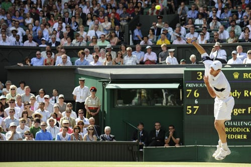 US' Andy Roddick returns a ball to Switzerland's Roger Federer during their final match on the Centre Court at Wimbledon. (AFP Photo)