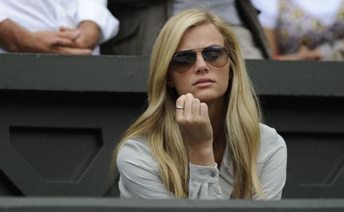 Partner of US' Andy Roddick, Brooklyn Decker attends the men's final tennis match between Switzerland's Roger Federer and US' Andy Roddick on the Centre Court at Wimbledon. (AFP Photo)
