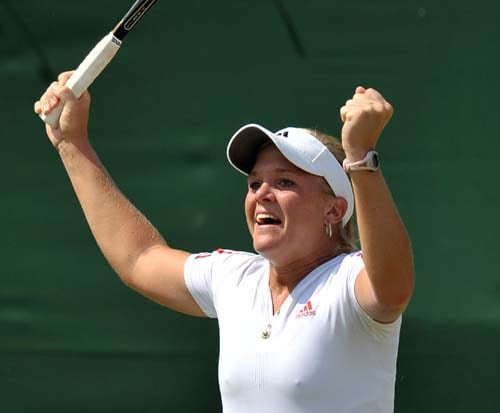 Melanie Oudin of the US celebrates after beating Serbia's Jelena Jankovic in the third round women's singles match on the sixth day of the 2009 Wimbledon at the All England Tennis Club, in London on June 27, 2009. (AFP Photo)