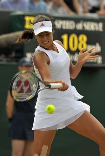 Ana Ivanovic of Serbia plays against Samantha Stosur of Australia in the third round women's singles match on the sixth day of the 2009 Wimbledon. (AFP PHOTO)