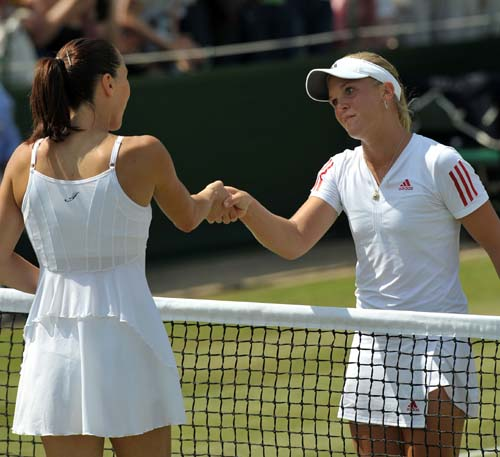 Melanie Oudin of the USA shakes hands with Serbia's Jelena Jankovic after their third round women's singles match on the sixth day of the 2009 Wimbledon. (AFP PHOTO)