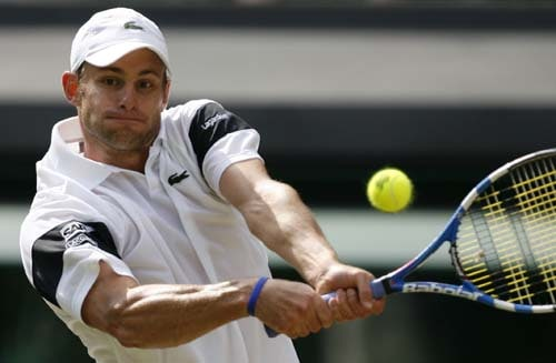 USA's Andy Roddick returns a ball to Austria's Jurgen Melzer during their match on Day 6 at the 2009 Wimbledon. (AFP PHOTO)