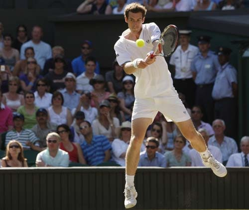Britain's Andy Murray returns to Spain's Juan Carlos Ferrero in their quarterFinal match on Day 9 at the 2009 Wimbledon at the All England Club. (AP Photo)