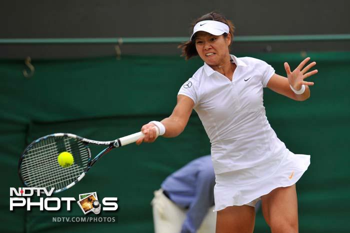 Chinese sixth seed Li Na raced into the Wimbledon quarter-finals with a 6-2, 6-0 demolition of Italian 11th seed Roberta Vinci.