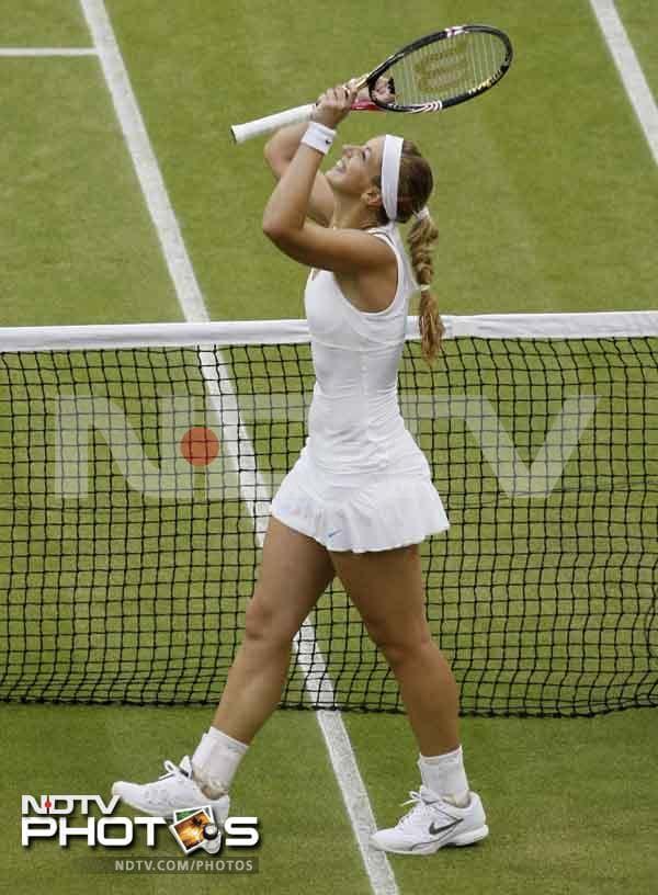 Sabine Lisicki reached her first Grand Slam semi-final, beating 2007 finalist Marion Bartoli 6-4, 6-7 (4), 6-1.