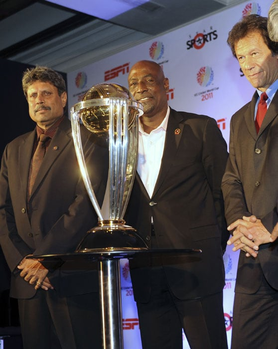 Former captains India's Kapil Dev, West Indies' Vivian Richards and Pakistan's Imran Khan pose with the ICC World Cup 2011 trophy in New Delhi. India, Bangladesh and Sri Lanka jointly host the 10th ICC Cricket World Cup from February 19 to April 2, 2011. (AFP Photo)