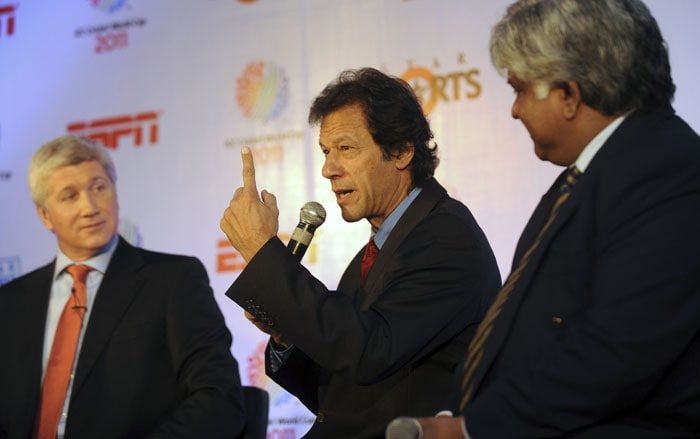 Imran Khan speaks as Arjuna Ranatunga and moderator Alan Wilkins look on during the ICC Cricket World Cup 2011 press conference and display of the World Cup 2011 trophy in New Delhi. (AFP Photo)