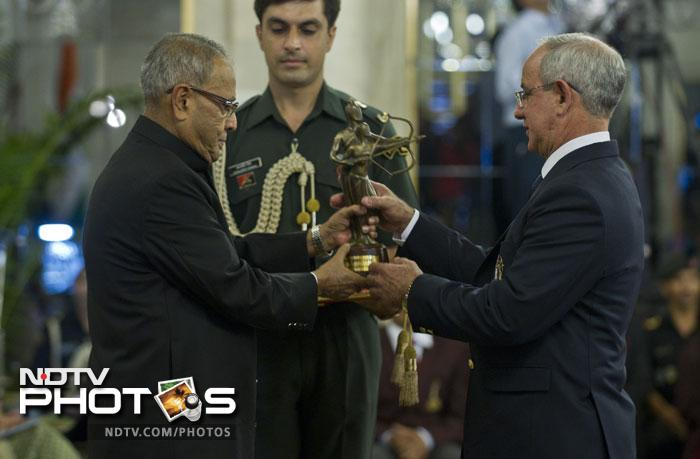 India's Boxing coach from Cuba B. I. Fernandez receives The Dronacharya Award 2012 from Indian President Pranab Mukherjee at a function at The Presidential Palace in New Delhi. (AFP Photo)