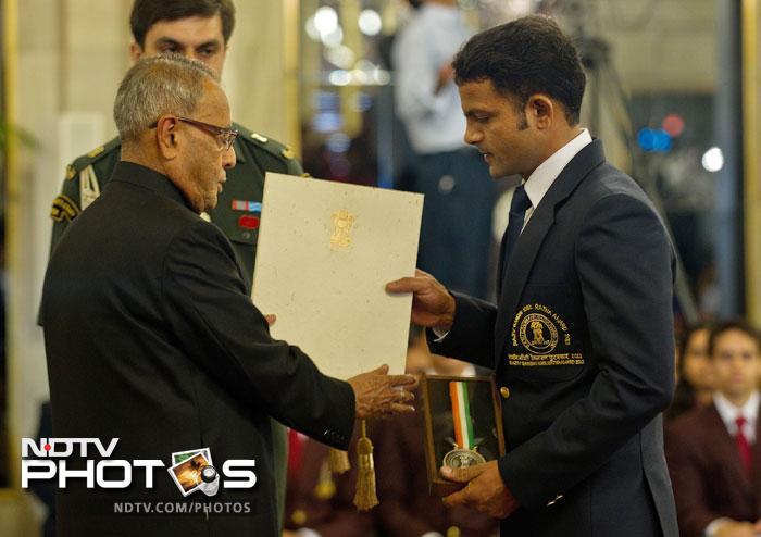 Indian shooter Vijay Kumar, who won a silver medal at the London Olympics, receives the Rajiv Gandhi Khel Ratna Award 2012 from President Pranab Mukherjee at a function at The Presidential Palace in New Delhi. (AFP Photo)