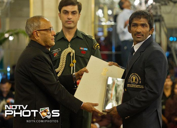 Indian wrestler Yogeshwar Dutt, who won a bronze medal at the London Olympics, receives the Rajiv Gandhi Khel Ratna Award 2012 from Indian President Pranab Mukherjee at a function at The Presidential Palace in New Delhi. (AFP Photo)